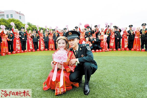驻洛96608部队举行集体婚礼 99对新人军营里立下爱