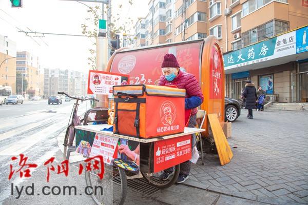 """【洛城美食小店变形记】杨奶奶""""鸡蛋汉堡""""摊:76岁老人用美食传递励志故事"""