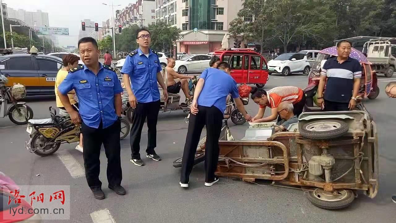 老夫妻遇车祸倒在路中间,城管队员的举动让人称赞